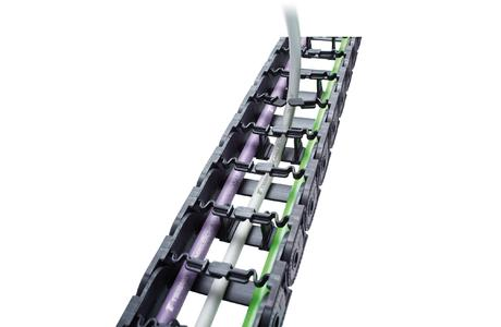 Die Serie EASYTRAX verfügt über flexible Lamellenbügel, in die sich die Leitungen einfach und schnell eindrücken lassen