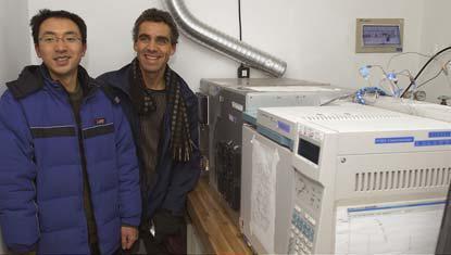 Der chinesische Wissenschaftler, Bo Yao, und der Empa-Luftexperte, Martin Vollmer in der Messstation in Shangdianzi