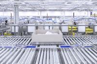 Für die Auftragskommissionierung werden kleinteilige Waren von Tablaren und Waren von Paletten verarbeitet
