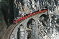 Die Rhätische Bahn überquert auf ihrem Streckennetz über 624 Brücken und fährt durch 115 Tunnel.