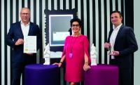 Auf dem Bild zu sehen sind (von links nach rechts): Jens Mollitor, Chief Technology Officer (CTO) Christiane Endrich, Management (CEO) Jochen Bauer, Senior Product Manager and Head of Displays & Embedded Systems