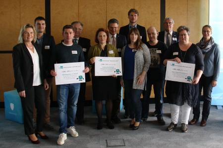 Die Gewinner des CONET-Spendenwettbewerbs gemeinsam mit Landrat Sebastian Schuster und dem Hennefer Bürgermeister Klaus Pipke, CONET CEO Anke Höfer und Mitgliedern der CONET-Jury