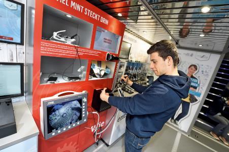 An verschiedenen Exponaten wird deutlich, wie viel MINT-Disziplinen in alltäglichen Produkten wie einem Endoskop, einer Videobrille, einem induktiven Ladegerät für Smartphones oder einem Skateboard-Kugellager stecken. (c) Baden-Württemberg Stiftung gGmbH