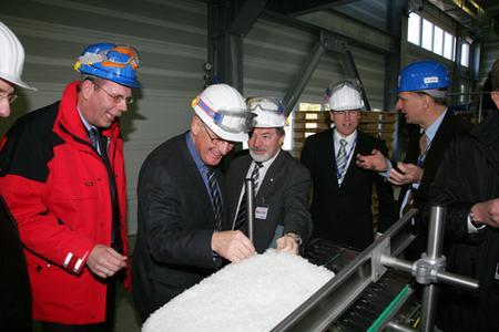 Nach der offiziellen Inbetriebnahme informierten sich die Teilnehmer über die neue Produktionsanlage
