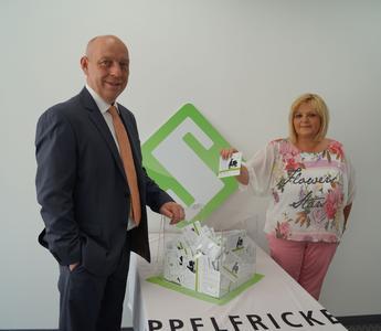 Aus knapp 2.000 Teilnehmern zogen Birgit Kregar, Mitarbeiterin in der Buchhaltung bei Seppelfricke, und Udo Rohlfs, Leitung Vertriebsinnendienst Seppelfricke, den Gewinner aus einer Lostrommel.