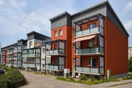 """Wohnen bezahlbar machen: Wohnraum lässt sich umso preiswerter schaffen, je mehr Neubausiedlungen und Aufstockungsvorhaben konsequent mit BIM geplant werden. Weil das Ergebnis vorhersehbar ist und sich Kollisionen verschiedener Gewerke durch frühzeitige Planänderung vermeiden lassen, sinkt die Fehlerquote bei der Ausführung auf ein Minimum. Teure """"baubegleitende Umplanungen"""" werden obsolet. Das rechnet sich vor allem für den Auftraggeber, der eine hochwertige Bauleistung in kürzestmöglicher Zeit zum wirtschaftlichen Preis erhält. (Foto: Schnoor/GIN, Ostfildern; http://www.nagelplatten.de )"""