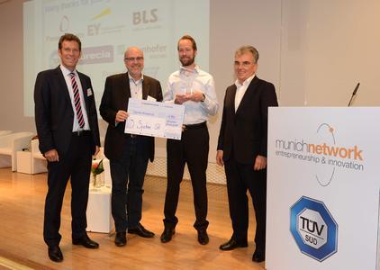 Verleihung des TÜV SÜD Innovation Awards (v.l.n.r.): Karsten Xander, Mitglied des Vorstands der TÜV SÜD AG, Dr. Armin Pfoh, Vice President Innovation Management der TÜV SÜD AG, Nicolas Corsi, CEO der ViDi Systems SA, Curt J. Winnen, Geschäftsführer von munich network