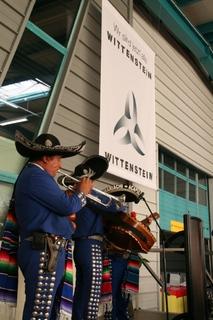 Wir sind jetzt alle WITTENSTEIN - die Unternehmensgruppe wächst global - mexikanische Musiker unter dem WITTENSTEIN-Banner
