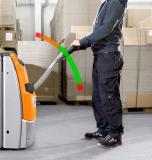 Sicherheit als Standard: Durch die OptiSpeed-Deichsel passt sich die Geschwindigkeit des EXP automatisch an den Abstand zum Bediener an. Foto: STILL GmbH
