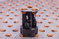 """Flexibles Fördersystem: Der """"celluveyor"""" besteht aus Modulen mit je drei Rädern. Sie bilden eine beliebig große Matrix, auf der sich Pakete in alle Richtungen bewegen lassen. (Quelle: cellumation GmbH)"""
