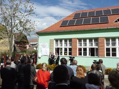 dena-Solardachprogramm: Netzgekoppelte Solaranlage auf Kindergarten in Rumänien eingeweiht