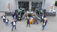 """Der Jubel beim STILL Team war groß, als bei der heutigen Verleihung des IFOY Award der Elektrostapler RX 60-25/35 zum Sieger in der Kategorie """"Counter Balanced Truck bis 3,5 t"""" gekürt wurde / Foto: STILL GmbH"""