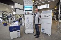 TEKA-Geschäftsführer Erwin Telöken vor der neu entwickelten VIROLINE-Serie. Sie ist in unterschiedlichen Leistungsstärken variabel einsetzbar und sorgt zuverlässig für reine Raumluft.