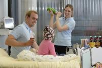 210 Mitarbeiter von Fruchtalarm bringen auf 25 Kinderkrebsstationen in ganz Deutschland mit selbst gemixten Fruchtcocktails Abwechslung in den Klinikalltag der kleinen Patienten / (Foto: Fruchtalarm)