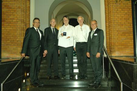 Preisträger Dr. rer. nat. Peter van Staa mit Dr.-Ing. Jürgen Haase, Prof. Dr. Wolfgang Nebel und Prof. Dr. Wolfgang Nebel, Vorstandsmitglieder im edacentrum sowie Laudator Prof. Dr. Erich Barke.