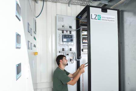 Im Elektroabteil des Containers ist hocheffiziente Leistungselektronik zur Anbindung an das Gleichstromnetz des Instituts installiert.