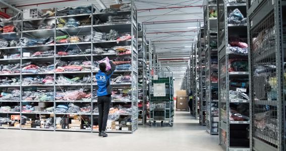 47823ecfc5e63b 250.000 Warenstücke lagert B+S für McTrek Outdoor Sports zwischen. Für den  Auftrag hat
