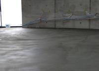 Emcefix floor lässt sich auch großflächig zur Instandsetzung von Estrich- und Betonböden einsetzen. Der Estrich auf dem Foto war mit vielen Lunkern übersät. Sie wurden mit einer großflächigen Kratz- und Lunkerspachtelung mit Emcefix floor geschlossen und der Boden auf diese Weise ästhetisch ansprechend und dauerhaft repariert.