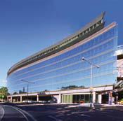 Im modernen Gebäudeteil «Welle» der Raffeisen Zentralbank Wien, kommt eine multifunktionale LEGIC Karte zum Einsatz, die unter anderem Zeiterfassung, Zutritt, Dienstausweis, die Benutzung der Garage und eine elektronische Geldbörse vereinig