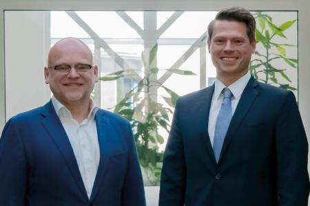 Andreas Boerner (right), new CEO at Laser 2000, takes over from Ronald Bartel (left), Interim Managing Director and Head of the Advisory Board.