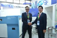 Dr.-Ing. Thomas Wenzel, General Manager YXLON International und Takaaki Hattori, President Nagoya Electric Works Co., Ltd, auf der Semicon China in Shanghai