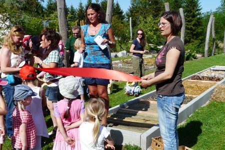 TQ-Kinderhaus-Leiterin Marion Kreikle (Mitte) vor dem Sinnespfad