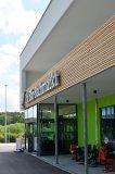 Einkaufen mit Flair: Auch der ebl Naturkost Bio-Fachmarkt in Herzogenaurach trägt ein Dach, das auf KRUG Holzsystembindern ruht. © Foto: Achim Dathe für KRUG Holzsystembinder, Stadtlauringen; www.krug-holzbau.de