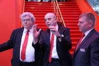 o Aull und Johann Soder begrüßen den EU-Parlamentarier Reinhard Bütikofer, Mitglied des Ausschusses für Industrie, Forschung und Energie.