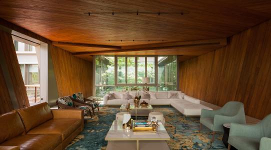 Luxuriöses Innenraumdesign: Das Wohnzimmer der Bauherren im Kubus auf dem oberen Gebäudelevel ist innen mit Onyx-Böden und Teakholz-Paneelen ausgekleidet. Bildnachweis: Khoo Guojie, Singapur