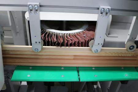 Der Schleif- und Bürstenautomat von Ecoline verfügt über unterschiedliche Bürstenanordnungen für die teilweise schwer zugänglichen Werkstückgeometrien / Foto: Remmers, Löningen