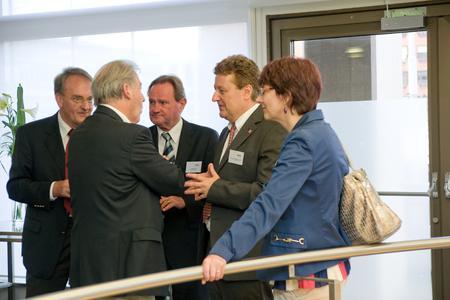 Auch dieses Jahr bot die NanoConvention wieder reichlich Gelegenheit zu angeregter Diskussion: Paul Gilgen (Empa), Ch.Gerber (Universität Basel), St. Fahr (Swiss MNT Network), W.Heck (LMU München/Deutsches Museum),I. Kissling-Näf /KTI; vlnr