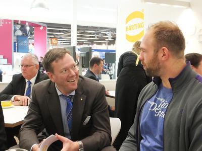Philip F.W. Harting (links), Vorstand Connectivity & Networks der HARTING Technologiegruppe, im Gespräch mit dem Diskus-Weltmeister