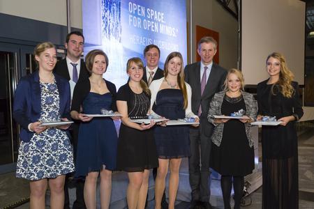 Die neun Absolventen mit der Abschlussnote 1 wurden von Jan Rinnert, Vorsitzender der Geschäftsführung Heraeus Holding, ausgezeichnet (Quelle: Heraeus)