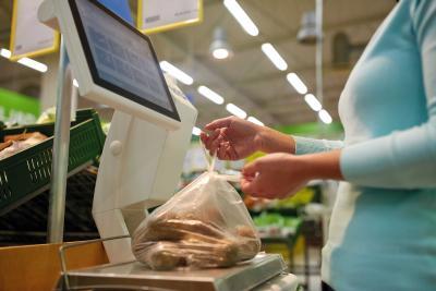 Durch den Einsatz der Linerless Cutter von Hengstler können Hersteller von Obst- und Gemüsewaagen die Handhabung ihrer Geräte deutlich vereinfachen