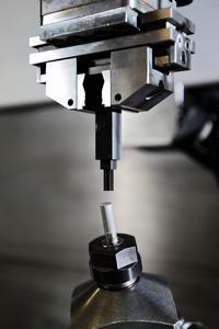 In ein Probewerkstück aus Magnesium werden zur Erforschung mittels einer Senkelektrode 0,4 bis 0,8 mm große Kanäle eingebracht.