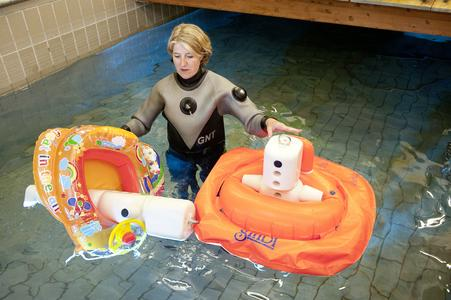 Test von Schwimmlernhilfen und Wasserspielzeug