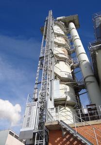 Am Kalkofen der Produktionsstätte Frauenfeld wurde der Servicelift 3/250 DOL mit einer Gesamtförderhöhe von 37,5 Metern installiert / Foto: Böcker Maschinenwerke, Werne