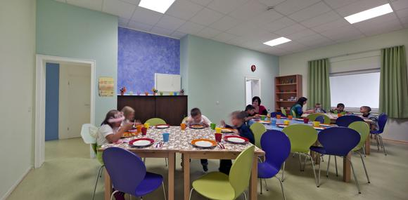 Im Kidstreff der Stiftung Help & Hope verbringen die Kinder viel Zeit. Sie essen gemeinsam, spielen, erledigen ihre Hausaufgaben, lernen. Farbkonzeptionen können wissenschaftlichen Studien zufolge darüber mitentscheiden, inwieweit die Raumgestaltung zum Wohlbefinden und einem die Entwicklung fördernden Umfeld beiträgt. Die blau-grünen Wände harmonieren im Speiseraum mit den grünen und violetten Stühlen, (Foto: Caparol/Help & Hope)