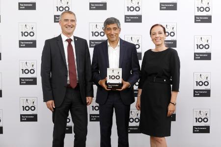 inovoo gehört zu den Innovationsführern 2018: TOP 100-Mentor Ranga Yogeshwar (Bildmitte) überreicht die Auszeichnung an Geschäftsführer Thomas Schneider und Barbara Fendt (Marketing) / Foto: KD Busch / compamedia