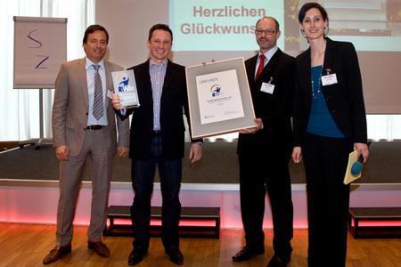 Von links nach rechts: Verleger Alexander Holzmann, Preisträger Adam Preuß, Jurymitglied Paul Söhnlein (EFIT),   und Chefredakteurin Vanessa Ebert bei der Auszeichnung / Fotografin Ortrud Stegner