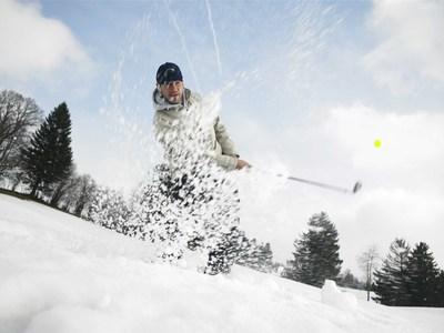 Golfen im Winter Mann