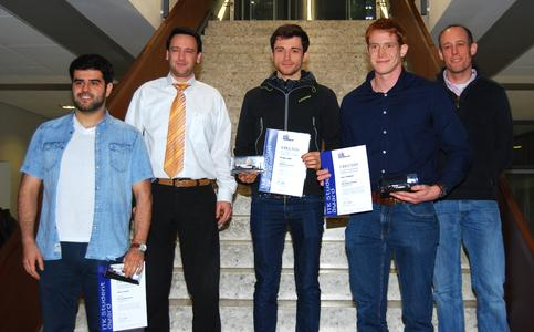 Preisträger Özkan Özcelik, Dr. Sebastian Buck (ITK Engineering), Preisträger Philipp Leopold und Kevin Zimmerer sowie Prof. Dr. Kriesten (Hochschule Karlsruhe) (Foto: Rüdiger Hauser, ITK Engineering)
