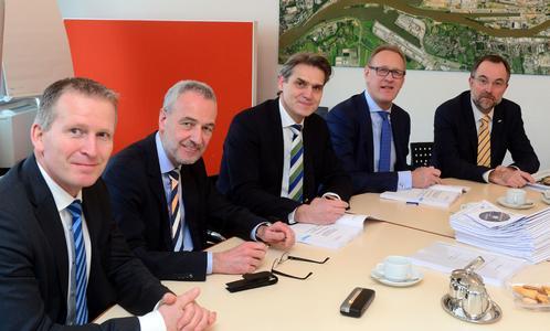 Bei der Vertragsunterzeichnung in Bremerhaven (von links): BLG-Vorstand Michael Blach, die bremenports-Geschäftsführer Horst Rehberg und Robert Howe, BLG-Vorstandsvorsitzender Frank Dreeke und Ferdinand Möhring (BLG) / BLG LOGISTICS GROUP AG & Co. KG