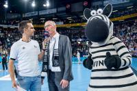 Spielmoderator Torben Pöhls (li.) interviewt Dirk Aagaard, akquinet-Vorstandsmitglied, zum Sponsoring der AKQUINET EHF CUP FINALS 2019. Daneben das THW-Maskottchen Hein Daddel, Foto: Sascha Klahn/THW Kiel