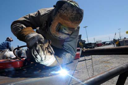 Schweißer-Schutzkleidung soll nicht nur effektiv vor Metallspritzern schützen, sondern zugleich auch einen hohen Tragekomfort bieten © wikipedia.org (Autor: PO3 Patrick Kelley)