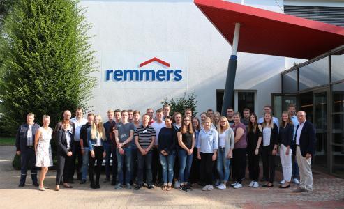 Herzlich willkommen im Team Remmers: Insgesamt 29 neue Kolleginnen und Kollegen starteten am 1. August 2017 ihre Ausbildung, das duale Studium oder ihr Jahrespraktikum / Bildquelle: Remmers, Löningen