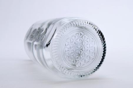 Die Lebensblume ziert den Boden der neuen 400ml-Flaschen. Sie ist ein Symbol für Harmonie., ® O-I Europe