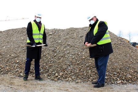 Die beiden Geschäftsführer der NETZSCH Pumpen & Systeme GmbH Felix Kleinert und Jens Heidkötter eröffnen mit dem Spatenstich das geplante Bauvorhaben auf dem Werksgelände an der Geretsrieder Straße in Waldkraiburg