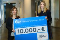 Susanne Baldauf, Geschäftsführerin der Stiftung Deutsche Depressionshilfe (links), nimmt den Spendenscheck von SER-Marketingleiterin Franziska Thomas entgegen