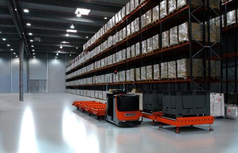 Mit dem automatisierten E-Rahmen und der Übergabestation eröffnet STILL den Kunden neue Möglichkeiten. Jetzt können auch Lasten bis zu 1,5 Tonnen pro Anhänger per Routenzug zur Produktion gebracht werden / Foto: STILL GmbH
